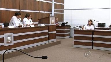 Prefeitura de Birigui terá que explicar demora na divulgação de mortes por dengue - Secretaria de Saúde e Departamento de Comunicação de Birigui (SP) terão que explicar para a Comissão de Saúde e Saneamento da cidade, formada por três vereadores, a demora na divulgação dos casos de morte por dengue do município. Em nota enviada à imprensa, o Departamento de Comunicação informou que o município optou por não divulgar os números, para não alertar a população.