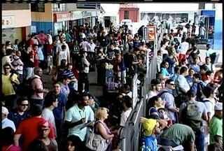 Moradores de Macaé, RJ, deixam a cidade com destino á Região dos Lagos no feriadão - Administração da rodoviária, 25 mil pessoas devem deixar a cidade usando ônibus.