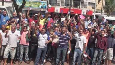 Desempregados fazem protesto em Cubatão - Eles alegam que empresas da cidade estão contratando funcionários de outros municípios