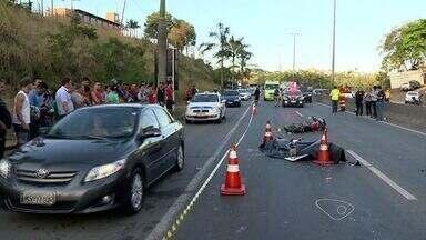 Motoboy morre após acidente na BR-101 em Cariacica, ES - Ele bateu em uma carreta e foi atropelado.