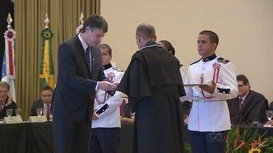 """Tribunal de Contas do AM homenageia 17 personalidades - Homenageados receberam a medalha """"Colar Mérito de Contas"""""""