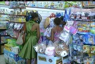 Comércio fica movimentado em Campos, RJ, para o Dia das Crianças - Pais deixaram as compras para em cima da hora.