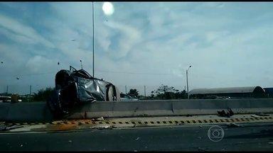 Acidentes na BR-101 causam mais de 20 quilômetros de congestionamento - Dois carros bateram e capotaram na Niterói-Manilha, em Itaboraí. Uma pessoa morreu e 4 ficaram feridas. Outros dois acidentes também complicaram as viagens do feriado.