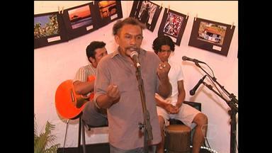 Sebo Porão Cultural realiza sarau com shows e exposição fotográfica - Evento teve participação de cantores e artistas locais.