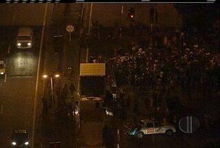 Manifestação contra fechamento de retorno deixa BR-116 congestionada no início do feriadão - Manifestação foi na noite desta sexta-feira (9).