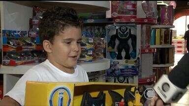Com a chegada do Dia das Crianças, pais começam a comprar presentes para os filhos - Por conta da crise, expectativa para o comércio no Dia das Crianças não é boa