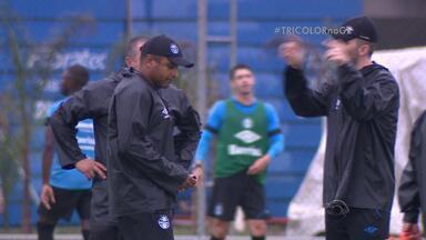 """Grêmio faz treino intenso debaixo de chuva no CT Luiz Carvalho - Roger Machado fala em """"máximo de aproveitamento"""" na reta final do Brasileirão."""