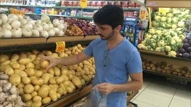 Pesquisar e pechinchar são boas alternativas em tempos de crise - Moradores do DF percorreram a Asa Sul em busca de bons preços.