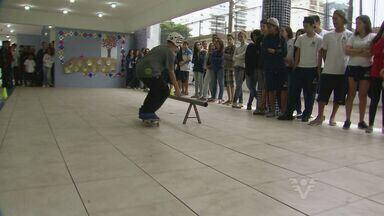 Revelação do skate divide tempo entre esporte e estudos em Santos, SP - Ele foi convidado para apresentação em um colégio da cidade