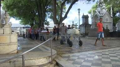 Corpos de mãe e filha mortas no Litoral Norte são enterrados em Salvador - Crime pode ter motivação passional.