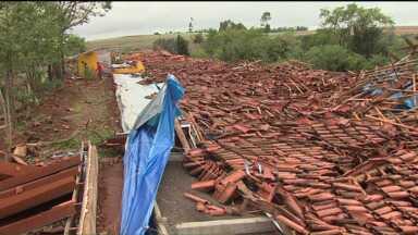 Temporais prejudicam mais de 11 mil pessoas no Paraná - Desde quinta-feira (8), cerca de três mil casas ficaram danificadas, prejudicando mais de onze mil pessoas em todo o Paraná.