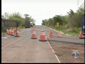 Polícia interdita trecho da Rodovia Comandante Ribeiro de Barros - Chuva levou parte da terra que sustenta o assalto.