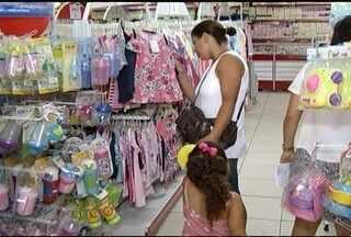 Movimento tranquilo nas lojas para a compra do presente do Dia das Crianças - No dia de Nossa Senhora Aparecida, repartições públicas não funcionam.