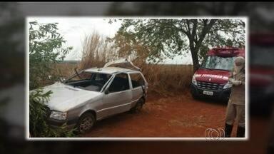 Sequestro termina na morte de vítima e suspeito, em Goiás - Eles seguiam em carro pela GO-409, mas condutor perdeu controle e capotou.Menor, que também seguia no veículo, ficou ferido e foi apreendido.