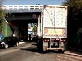 Carreta fica presa em viaduto de Coronel Fabriciano - Congestionamento se formou na avenida e a PM controlou o trânsito.