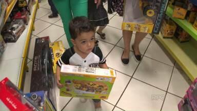Lojas ficam cheias às vésperas do Dia das Crianças em Londrina - O comércio abriu em horário especial para atender os pais em busca dos brinquedos para fazer a festa dos filhos.