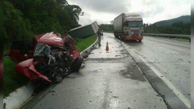Grave na acidente na BR-153 deixa três pessoas feridas - O motorista do carro bateu de frente com um caminhão. Ele foi levado em estado grave para o hospital. As duas passageiras tiveram ferimentos leves.