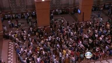 Basílica de Aparecida recebe 50 mil pessoas neste sábado (10) - Em Aparecida, a Novena de Nossa Senhora começou às 19h deste sábado e a basílica ficou lotada. Até segunda-feira (12), 400 mil pessoas devem passar pelo local.