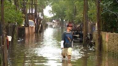 Temporais no Sul deixam quatro cidades em situação de emergência - Quase 3,5 mil moradores tiveram que sair de casa no Rio Grande do Sul. Nove rodovias estão com bloqueios totais ou parciais no estado