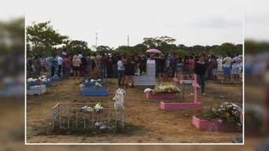Corpos de crianças mortas em incêndio são enterrados - Irmãos foram enterrados no cemitério Parque Tarumã.