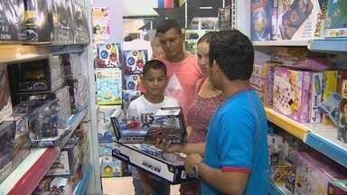 Pais lotam shopping para comprar presentes de Dia das Crianças - Mesmo com crise, lojas continuam faturam.