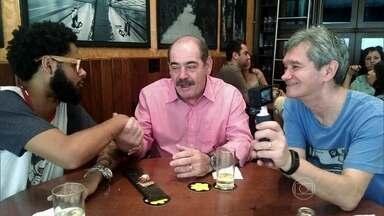 Emicida perde aposta de futebol e paga almoço para Rivellino - Rapper e ex-jogador de futebol cumpriram promessa feita no 'Altas Horas'