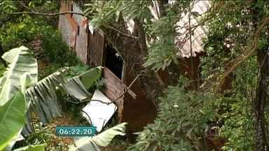 Polícia identifica cinco corpos encontrados em terreno de Guarulhos - Foram identificados neste domingo, os corpos de cinco dos seis homens encontrados enterrados num terreno, em Guarulhos na Grande São Paulo. O detalhe é que a polícia tem pouquíssimas pistas de como essas pessoas foram mortas.