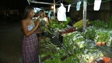 Feirantes vendem frutas e verduras dentro de condomínio na Zona Sul da capital - Toda semana, os feirantes montam as barracas no condomínio com quase 1,5 mil moradores, no Morumbi. Não é cobrada nenhuma taxa, mas são exigidos dos feirantes pontualidade, qualidade, limpeza e preços justos dos produtos.