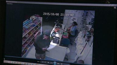 Circuito de segurança mostra assalto em farmácia de Campina Grande - A farmácia fica no bairro da liberdade.