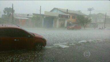 Rio Grande do Sul volta a enfrentar chuvas fortes - Mil pessoas tiveram que sair de casa na quarta-feira (14). Desta vez, a Região Metropolitana de Porto Alegre foi a mais atingida.
