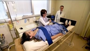 Teste tenta descobrir as causas dos desmaios - Quando estamos deitados, o sangue fica bem distribuído. Quando levantamos, parte dele desce, e o organismo logo começa a redistribuí-lo. Se isso não acontece no tempo certo pode acontecer um desmaio.
