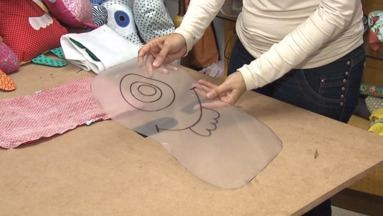 Exclusivo Internet. Veja como fazer a Naninha do Bem - A artesã Estela Junqueira ensina como fazer a Naninha do Bem. Para conseguir o molde ou saber como colaborar com essa iniciativa, basta entrar em contato com o ateliê, no telefone (43) 32757574.