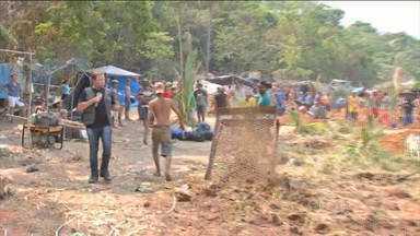 Milhares de pessoas continuam em busca de ouro em garimpo ilegal de MT - Em Pontes e Lacerda, no interior de Mato Grosso, milhares de pessoas continuam cavando em busca de ouro enquanto a polícia não fecha o garimpo ilegal na região.