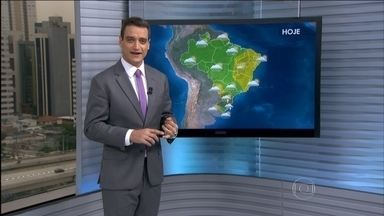 Confira como fica o tempo nesta quarta-feira (21) em todo o Brasil - Ainda pode chover forte, com risco de temporais, no norte do Rio Grande do Sul e em Santa Catarina.