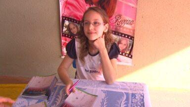 Escritora mirim - Maria tem apenas nove anos, mas já tem livro de autoria dela publicado. A menina usou a criatividade e o gosto pela escrita, se inspirou nas amigas para criar os personagens e hoje é inspiração para várias colegas que querem seguir o mesmo caminho.