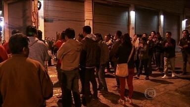 Camelôs impedem entrada de lojistas em centro de comércio popular em SP - Ambulantes em situação irregular insistem em vender mercadorias nas calçadas e resistem à legalização. A prefeitura apertou a fiscalização.