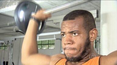 Ricardo conta como perdeu 70 kg em um ano com saúde - Ele pesava 170 kg e perdeu 70 em um ano. Mudou a alimentação, diminuindo a quantidade, escolhendo alimentos mais saudáveis e praticando atividade física.