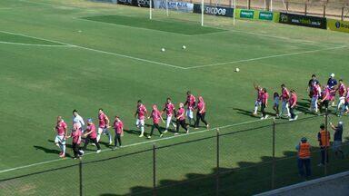 Jogadores entram em campo acompanhados de mulheres que lutam contra o câncer, no ES - Ação aconteceu no estádio do Engenheiro Araripe.