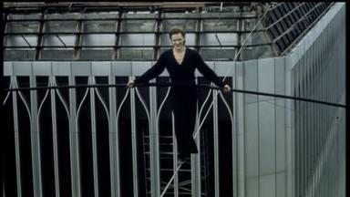 """Façanha de francês que atravessou Torres Gêmeas chega às telas - O Fantástico esteve com Philippe Petit, que inspirou o longa """"A Travessia"""", no sítio dele nos Estados Unidos. A aventura há 41 anos não foi filmada."""