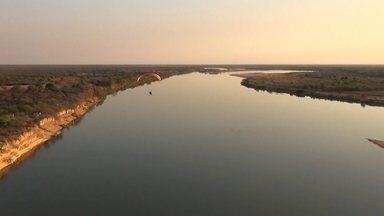 Piloto sobrevoa 3 mil km do Rio São Francisco em parapente com motor - Lu Marini mostra visual incrível e histórias de quem convive com a seca. Ele passa por 5 estados e 521 municípios do rio que tem 2.873 quilômetros.