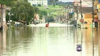 Cerca de mil pessoas estão fora de casa por conta das chuvas em Rio do Sul - Cerca de mil pessoas estão fora de casa por conta das chuvas em Rio do Sul; cidade foi uma das mais afetadas pela instabilidade que predomina sobre o estado