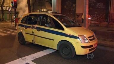 Bueiro explode e atinge táxi. - Um bueiro explodiu em Coapabana e atingiu um táxi. Ninguém ficou ferido.