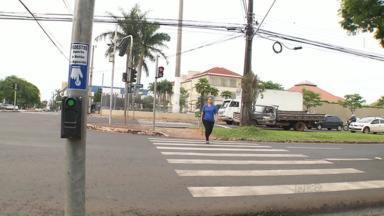 Pedestres reclamam de problemas em botões para acionar semáforos em Londrina - Muitos equipamentos não funcionam e os pedestres ficam muito tempo esperando para atravessar.