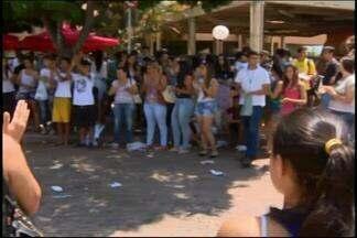 Milhares de estudantes fazem provas do Enem em Divinópolis - Cidade foi sede da prova para vários candidatos da região. Alguns candidatos chegaram 4 horas antes do início do exame.