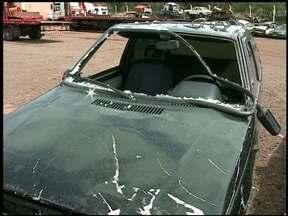 Loja é invadida por carro. Dois menores foram apreendidos - Outros três suspeitos estão desaparecidos.