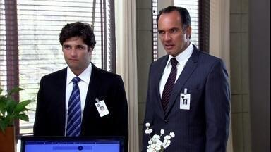 Tarso começa a trabalhar na Cadore - O rapaz começa a trabalhar com o pai na Cadore e diz a Gabi que se sente estranho vestindo um terno