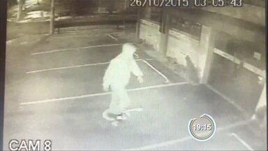 Câmeras flagram assalto à farmácia na zona norte de São José - Assaltante fugiu com R$ 12 mil em produtos