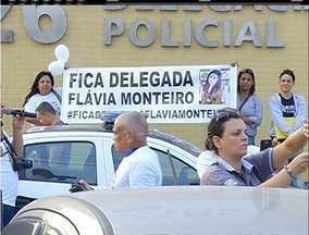 Protesto por permanência da delegada deixa trânsito lento em avenida de Cabo Frio, no RJ - Tráfego na Avenida Teixeira e Souza ficou parcialmente interditado.