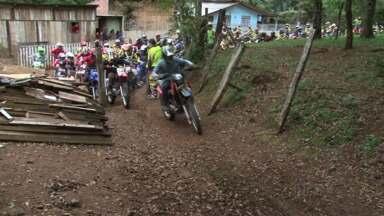 Motoqueiros participam de trilha de 60km em Guarapuava - Os motoqueiros eram do Paraná e de Santa Catarina. O que não faltou foi aventura, lama e tombos.