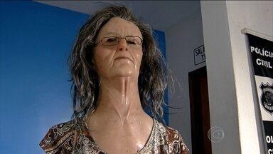 Preso usa máscara de idosa para tentar fugir em Goiás - Detento conseguiu passar por duas barreiras, mas foi desmascarado por agente. Direção do presídio investiga como o disfarce foi parar na cadeia.